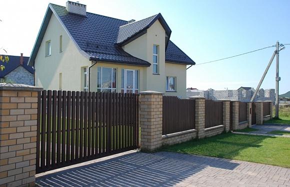 Забор из металлоштакетника цвет RAL 8017